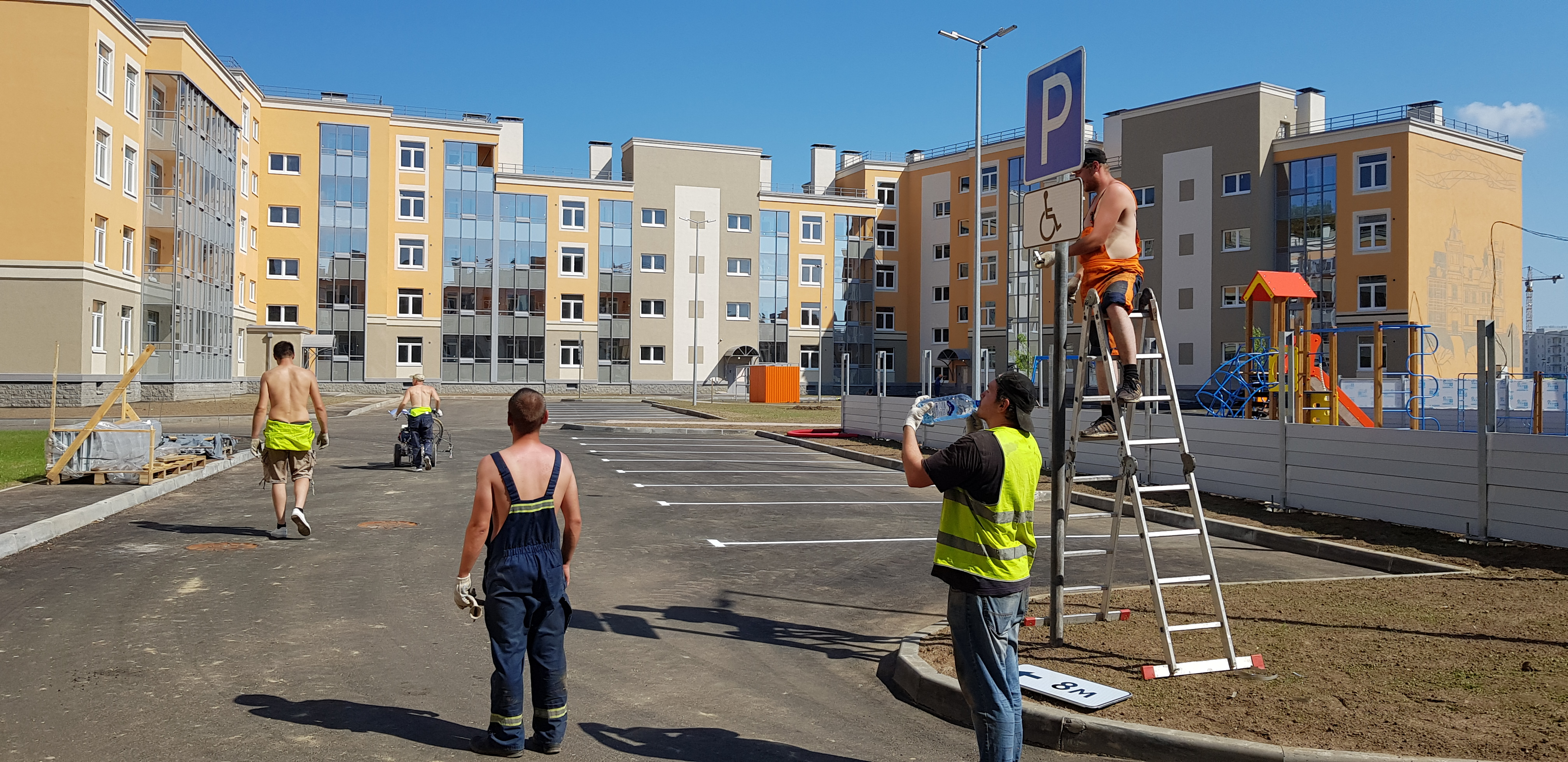 Установка дорожных знаков и нанесение разметки на внутридворовой парковке в ЖК «НОВОЕ СЕРТОЛОВО»